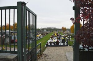 Entrée du cimetière, jardinage avec allées gazonnées, passion fleurs.