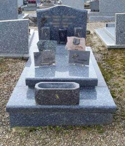 Tombe simple avec jardinière et plaques funéraires