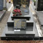 Monument funéraire en granit simple, surélevé
