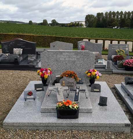 Sépultures double fleurs et ornements funéraires
