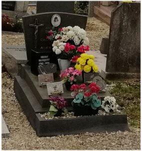 Sépulture simple fleuri et plaques funéraires
