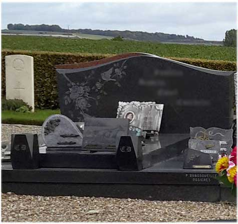 Tombe large vases plaques funéraires Corbie