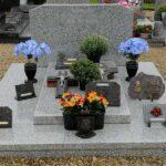 monument funéraire fleuri orné plaque Corbie